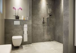 badezimmer mit grauen fliesen und ebenerdiger dusche