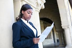 Une Femme Afro Américaine En Lisant Le Journal Journal Africain Du Relevé De Femme Photo Stock Image Du Adulte