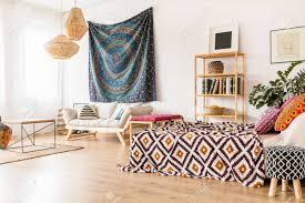 studio interieur im ethno stil mit einfachen holzmöbeln