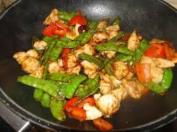 cuisiner avec un wok recette wok de poulet pois mangetout et noix de cajou recette