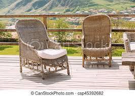 chaises en osier chaises osier ensoleillé day extérieur maison balcon
