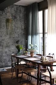 75 esszimmer mit grauer wandfarbe und braunem boden ideen