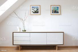modernes sideboard in hellen wohnzimmer modernes wohnen innenarchitektur skandinavisches design stockfoto und mehr bilder anrichte
