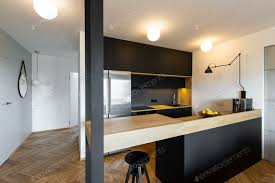 hocker unter beige arbeitsplatte in schwarz küche interieur mit licht foto bialasiewicz auf envato elements