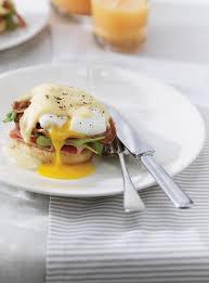 cuisine ricardo com eggs benedict with pancetta and cheese sauce ricardo
