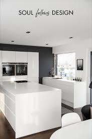 weiße küche mit xl kücheninsel anthrazitfarbener wand