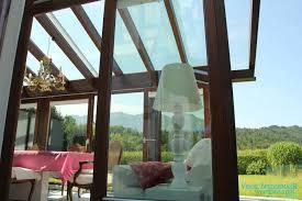 holz wintergarten esszimmer eingerichtet in pink und weiß
