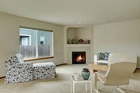 licht tont elegantes wohnzimmer mit kamin in der ecke