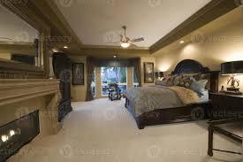 schlafzimmer mit dunklen holzmöbeln 1258346 stock foto