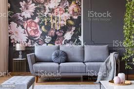 decke auf graue im wohnzimmer interieur mit blumen tapete und le auf den tisch echtes foto stockfoto und mehr bilder blume