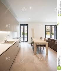 offener raum mit eleganter küche und wohnzimmer stockbild