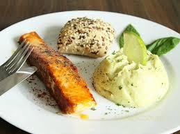 cuisiner pavé de saumon poele pavés de saumon paprika et miel accompagné de purée de brocolis