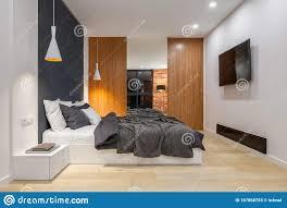 elegantes schlafzimmer mit tv stockbild bild leuchte