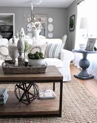 ein tisch aus holz weißes sofa ein runder grauer tisch sofa