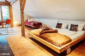 interieur aus schlafzimmer holz modernes design des bettes stockfoto und mehr bilder architektur