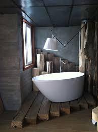 Interessane Gestaltung Eingelassene Badewanne Hölzerne Bretter Extravagante Materialkombination Fürs Bad Rustikal Und Modern In