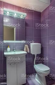 lila fliesen im badezimmer interieur toilette und spiegel stockfoto und mehr bilder architektur