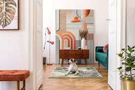 ein farbenfrohes wohnzimmer mit retro wandbild grandeco