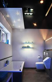 badezimmer mit schwarz glänzender spanndecke und swarovski