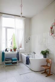 moderne badewanne und regal vor fenster bild kaufen