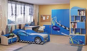 chambre voiture garcon chambre enfant bleu et déco aux accents colorés