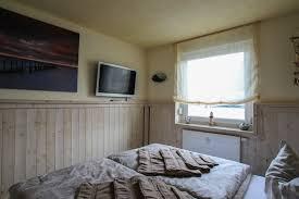 schlafzimmer mit fernseher ostsee ferienwohnungen