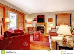 gemütliches wohnzimmer mit rotem sofa und kamin stockfoto