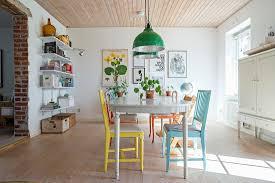 esszimmer mit bunte stühlen um den alten bild kaufen