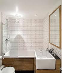 carrelage salle de bain metro un carrelage métro blanc et du bois dans la salle de bain