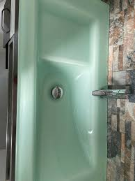 badezimmer garnitur mit waschbecken und spiegel