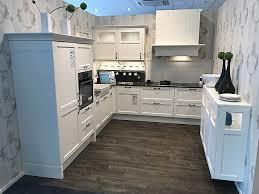 kmb 360 weiß bristol esche lackiert helle küche im modernen landhaus stil mit authentischer keramik spüle antik verglasung und backstein sowie