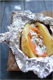 pomme de terre en robe de chambre au four pommes de terre cuites en robe des chs saumon fumé et sauce