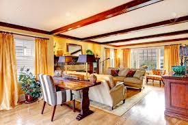 gelb gemütliches wohnzimmer mit rustikalen möbeln parkett teppich und kamin