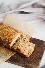 verglaste apfelmus haferflocken brot auf einem weißen marmortisch ideal gesundes frühstück mit kaffee und brot kuchen