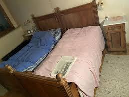 rustikales schlafzimmer mit bett kleiderschrank nachttische