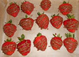 schokoladen nuss kuchen mit erdbeeren