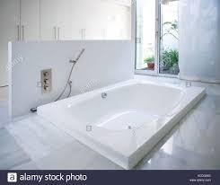 modernes weißes haus badezimmer badewanne mit marmorboden