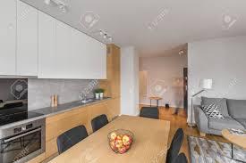offenes wohnzimmer mit küche im studio