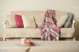 beige sofa mit karomuster bunte kissen und kaffee mit croissantsin wohnzimmer stockfoto und mehr bilder behaglich
