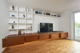 diese wohnzimmerwand besteht aus einem lowboard und einem