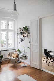 sitzecke im wohnzimmer eines altbaus mit bild kaufen