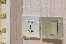 nahaufnahme lichtschalter steckdose steckdosen und schalter an wand im wohnzimmer elektrische konzept schalter und stecker auf holzwand stockfoto