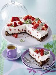 erdbeer buttermilch torte mit minze und schoko bröselboden