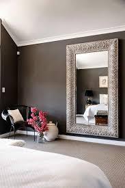 schlafzimmer ideen rosa blumen schwarzer stuhl spiegel mit