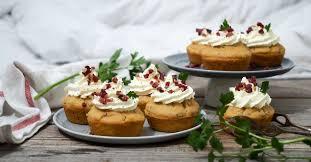 pikante speck bier cupcakes mit frischkäse topping