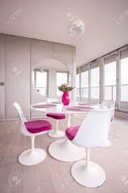 moderne geräumige esszimmer und rosa verzierungen