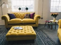 gelbes sofa so schaffen sie visuelle balance im wohnzimmer