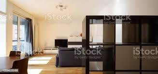 modernes wohnzimmer mit parkett und dunklen sofa stockfoto und mehr bilder architektur