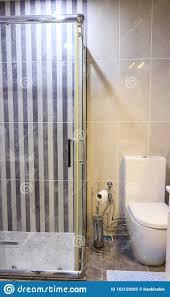 duschkabine und schrank im modernen badezimmer stockbild