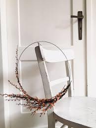 simple dekoidee minimalistisch wohnzimmer kranz
